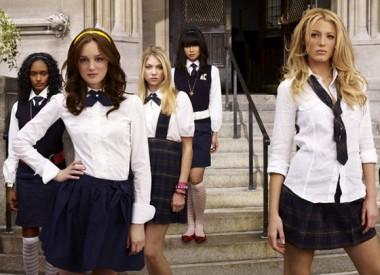 Школьниц вынудят модно краситься и одеваться