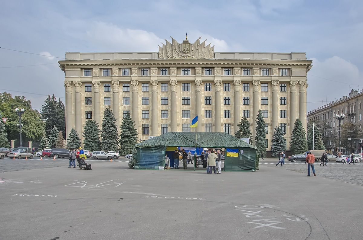 Палатку на центральной площади Харькова рвут на части