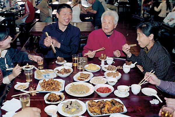 Харьковчане закормят китайцев