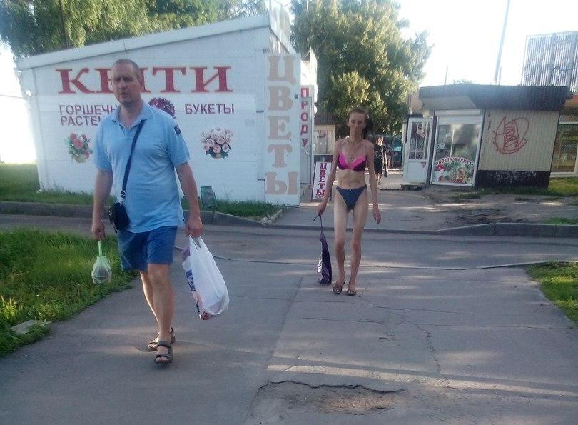 Харьковчанка разделась посреди города