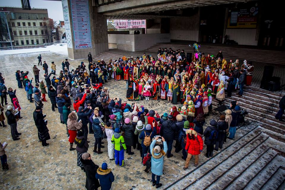 Сотни харьковчан вышли в центр отстаивать честь города