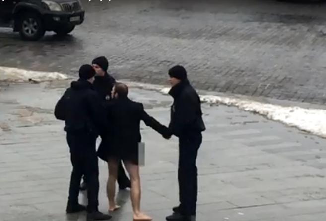 Неадекватный мужчина испугал школьников на Одесской