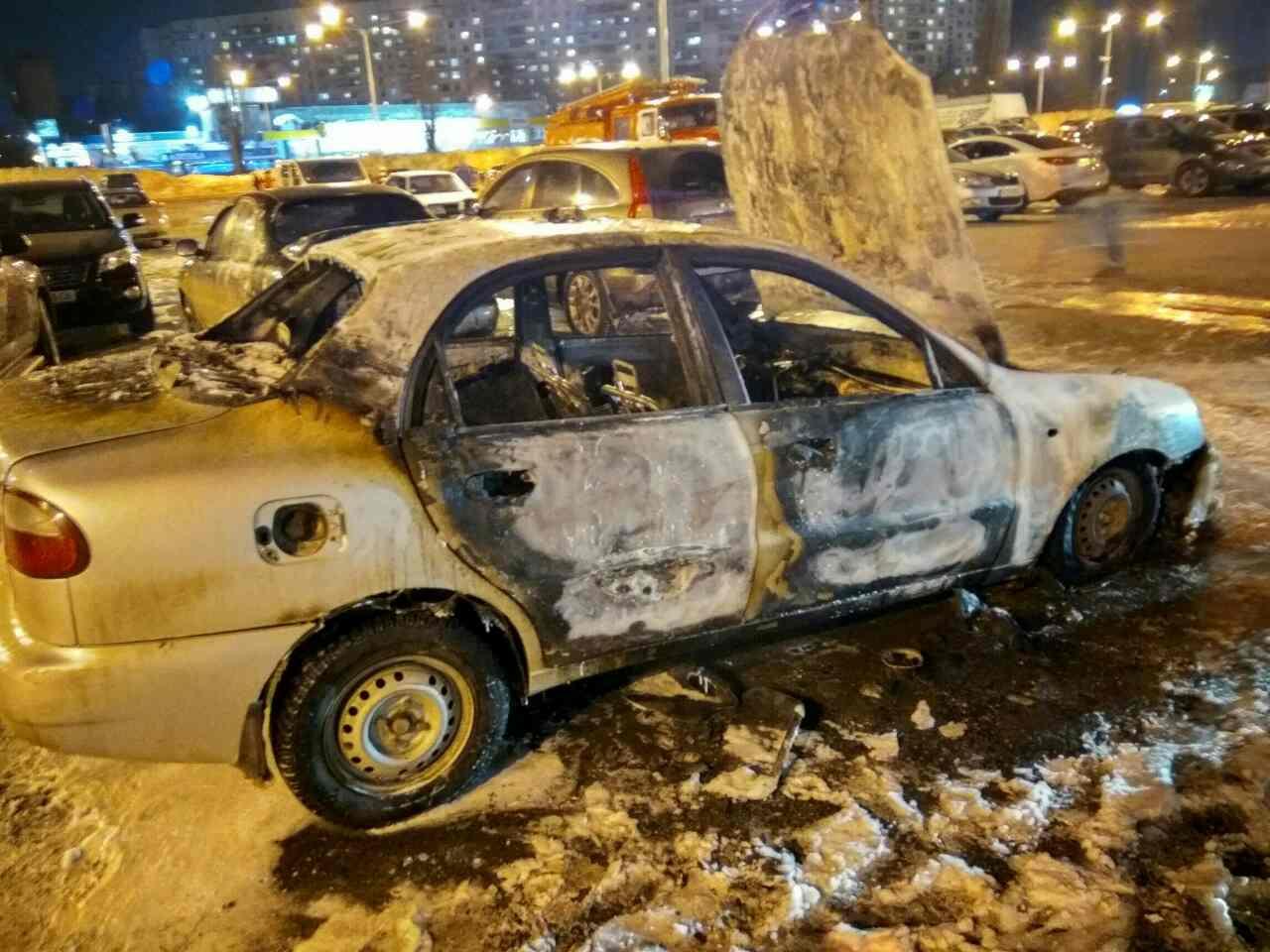 На глазах у десятков харьковчан взорвалась машина такси (ФОТО, ВИДЕО)