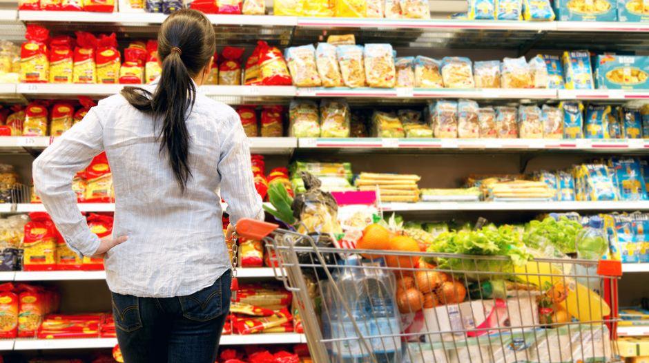 В Харькове обнаружили целый магазин просроченных продуктов