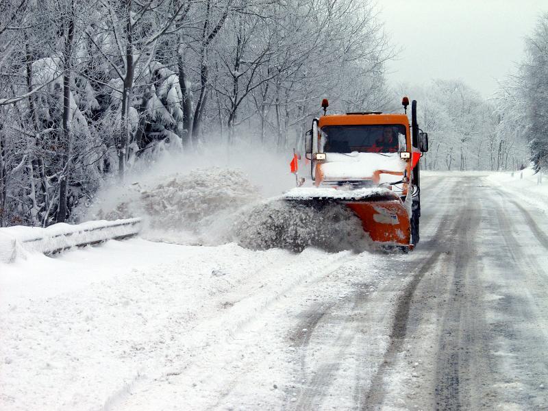 Дороги в Харькове и области завалили солью