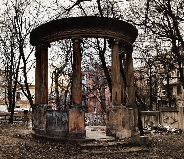 Харьковчане требуют открыть доступ во двор известного человека