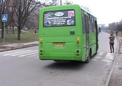 Водитель харьковской маршрутки заставил старушку-пенсионерку подметать салон