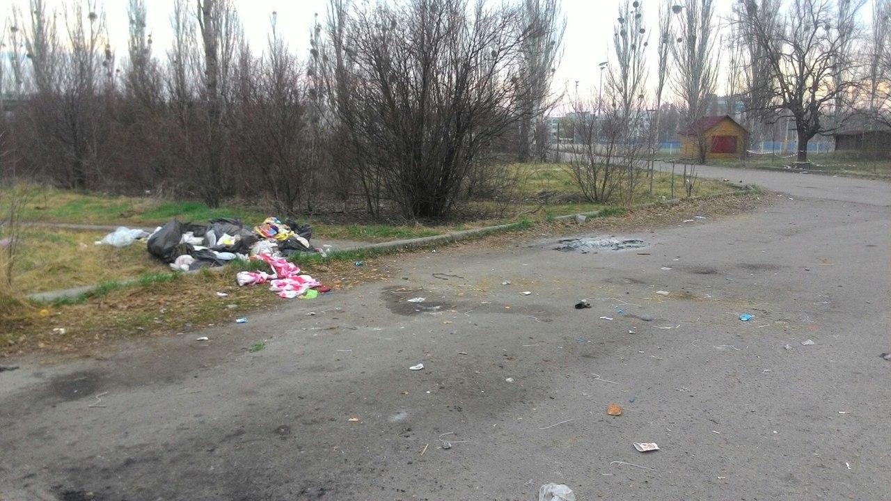 Любители чистоты засыпали мусором харьковский парк (фото)