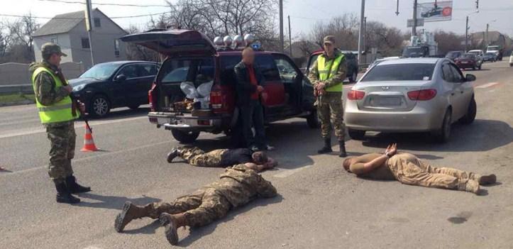 Под Харьковом людей уложили на трассу (фото)