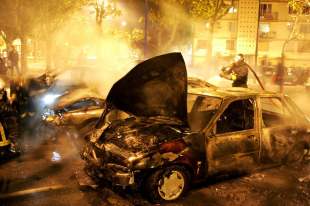 В Харькове массово уничтожают автомобили