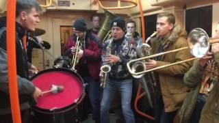 Необычных пассажиров хотят выгнать из метро на улицы