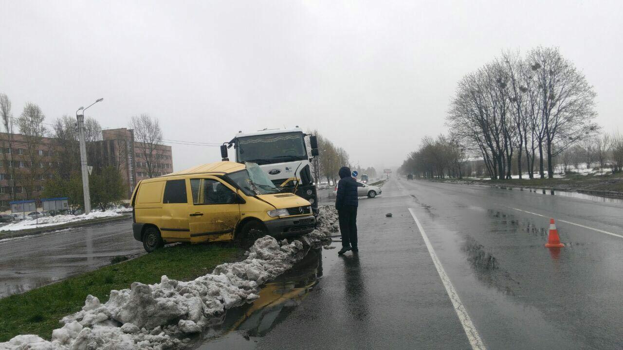 НаСалтовке мусоровоз врезался вмикроавтобус