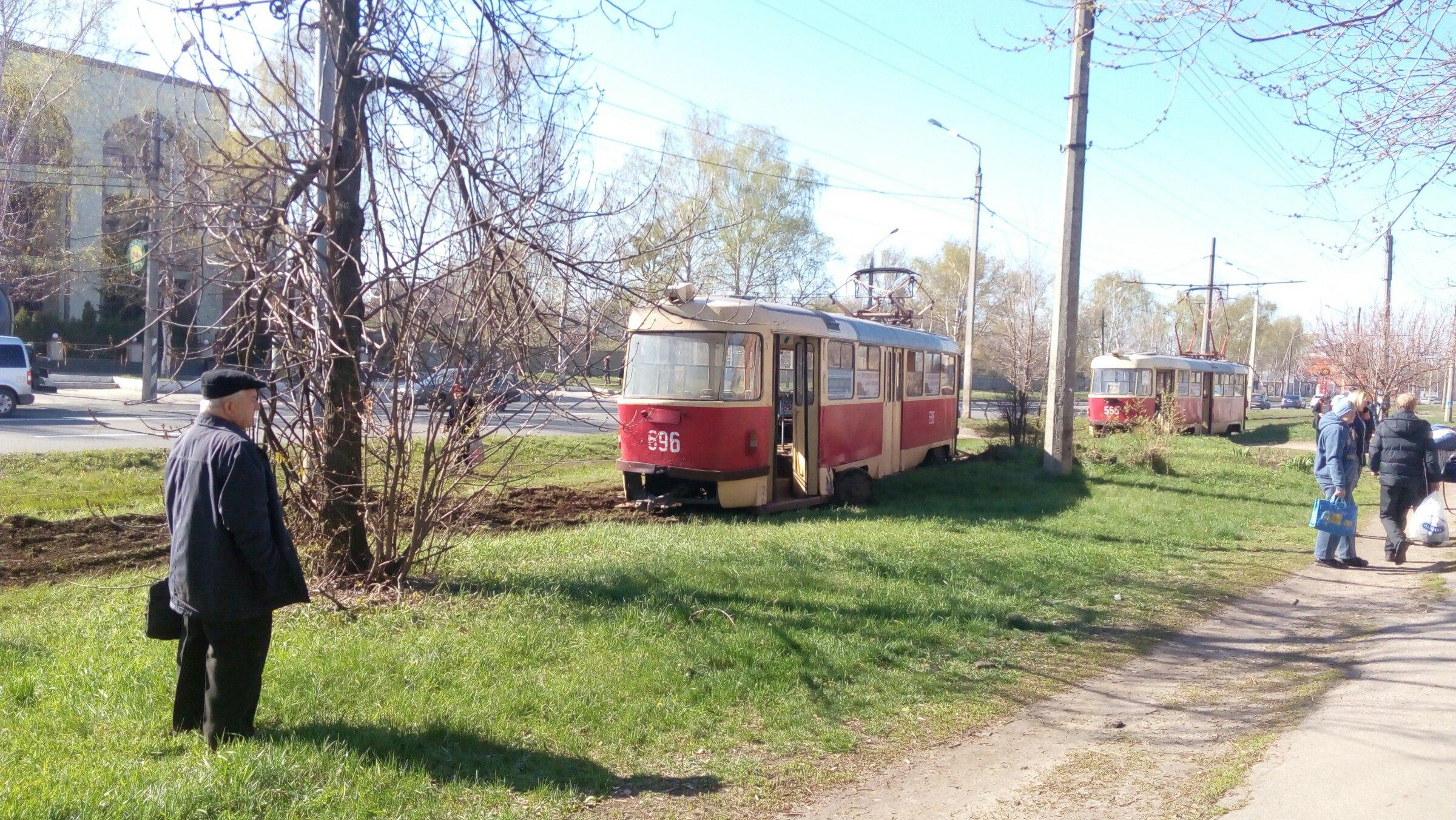 Городской транспорт разорвало на части в Харькове (фото, видео)