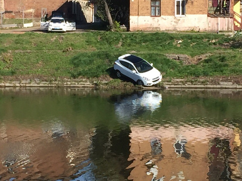 Машина слетела в реку в Харькове (фото)