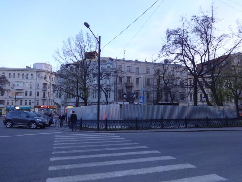 Легендарного поэта оградили от харьковчан (фото)
