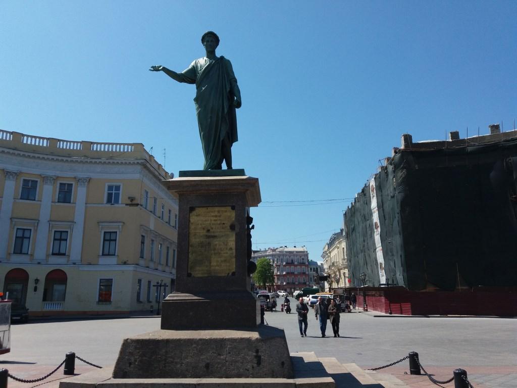 Харьковчане могут разбогатеть, потерев нос, и выйти замуж, перейдя мост (фото)