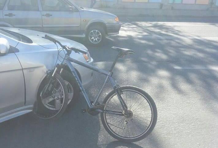 В центре Харькова велосипедист разбил чужую иномарку
