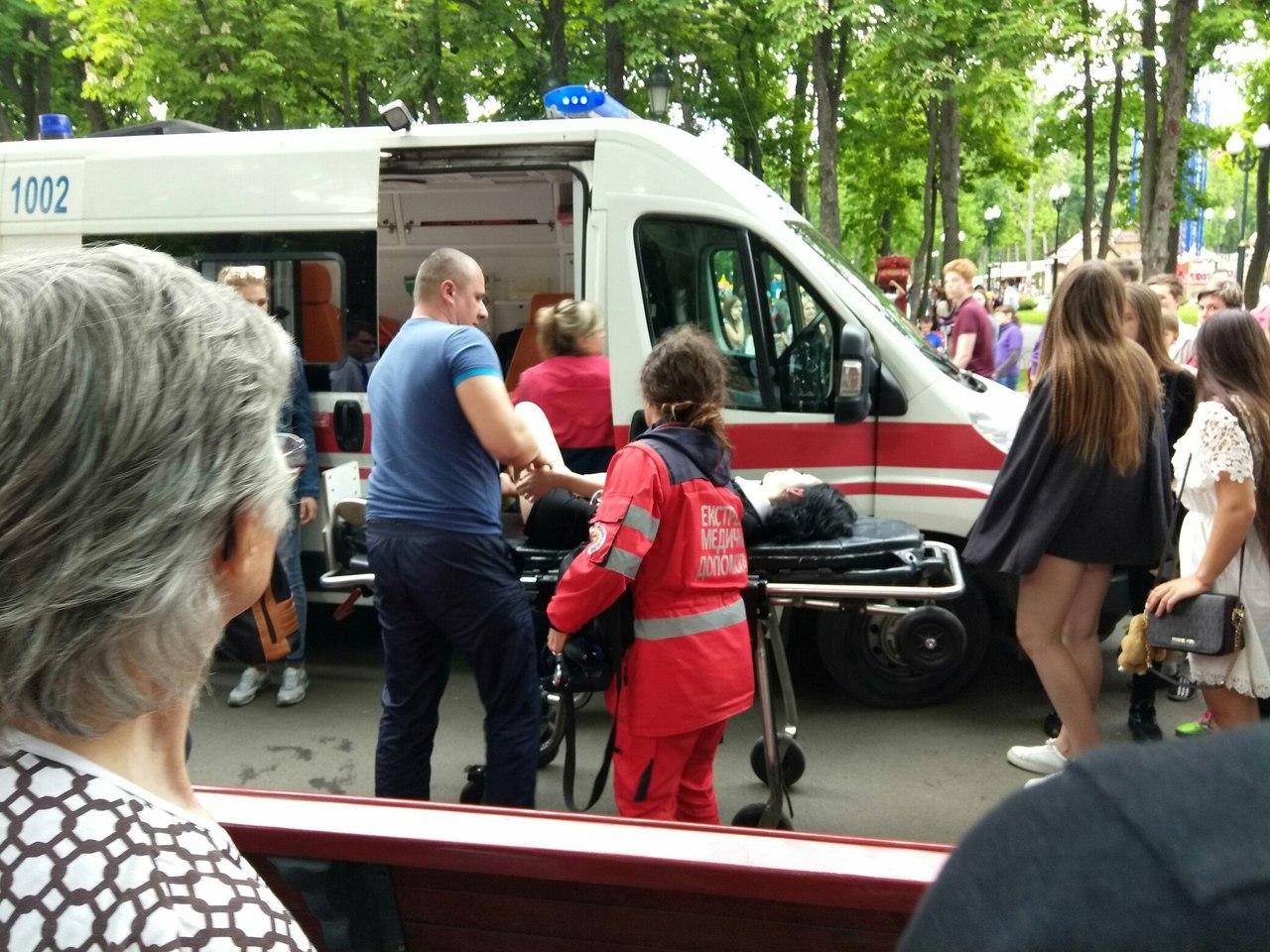 Выпускники харьковских школ неприятно удивили посетителей центрального парка