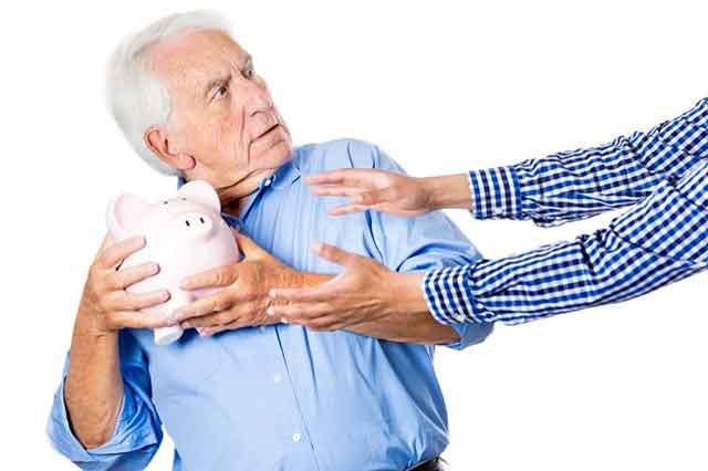 У харьковских стариков начнут отбирать деньги