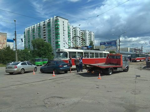 Опаздывающий водитель трамвая снес с дороги харьковчанина (фото)