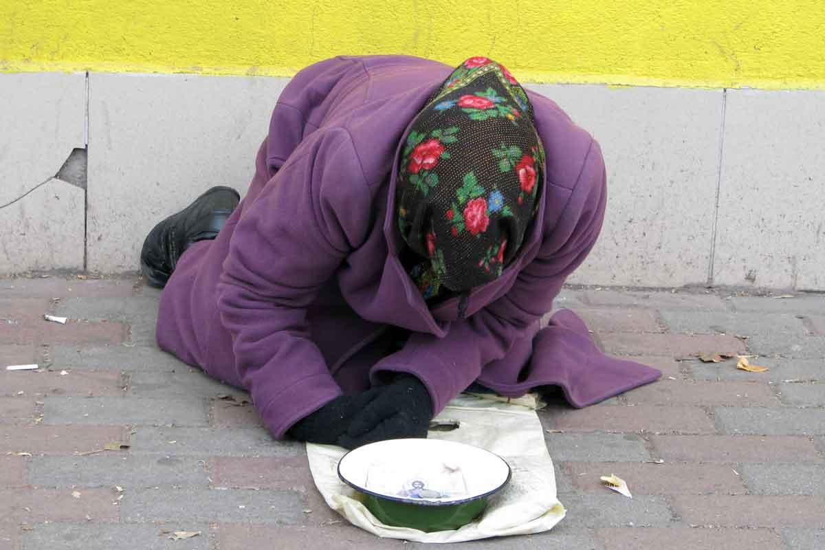 Харьковчане выяснили, кто каждый день лежит возле центральной станции метро