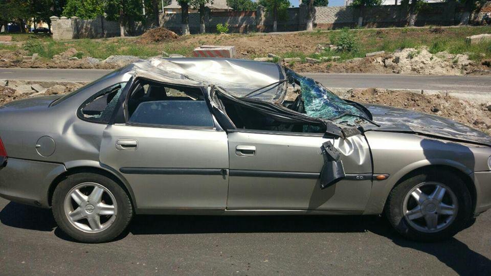 Авария в Харькове. Машина сложилась почти вдвое (фото)