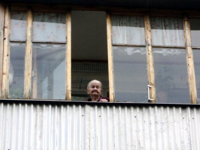 Переселенец из Донбасса заставил харьковскую пенсионерку бросаться ценностями