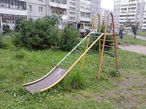 Маленькие жители Харькова ломают ноги на детской площадке