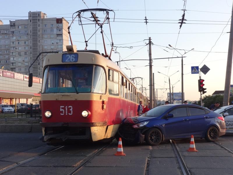 Скандал остановил движение транспорта на Салтовке (фото, видео)