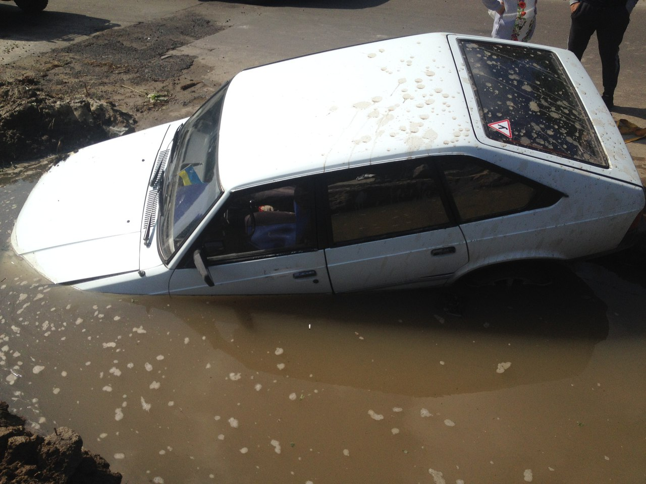 Казус на Алексеевке. Из-за коммунальщиков имущество харьковчанина ушло под воду (фото)