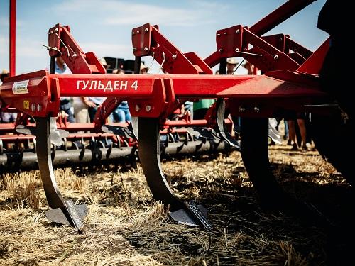 «Лозовские машины» открыли осенний демонстрационный сезон показом техники на «Битве агротитанов»