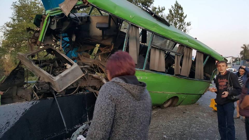 Масштабная авария на Харьковщине. Пострадали более двадцати человек, есть тяжелые травмы (фото)