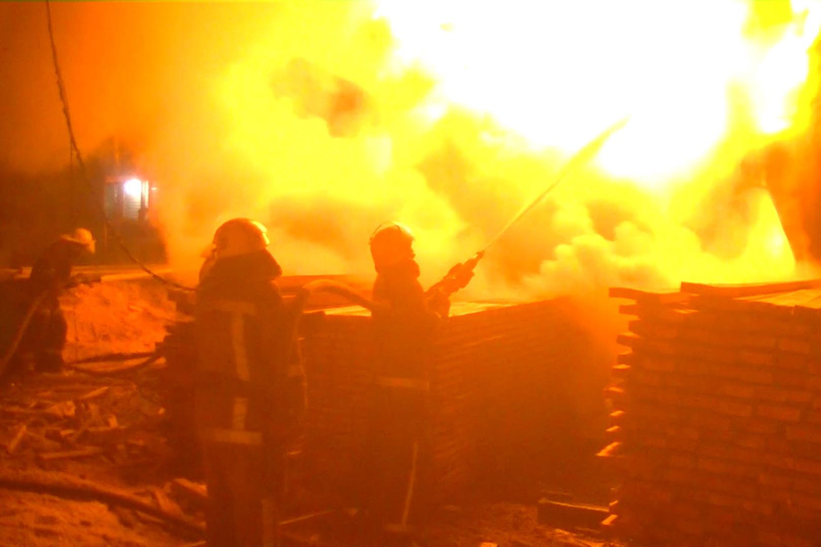 Крупный пожар в Харькове ликвидировали всю ночь (фото, видео)