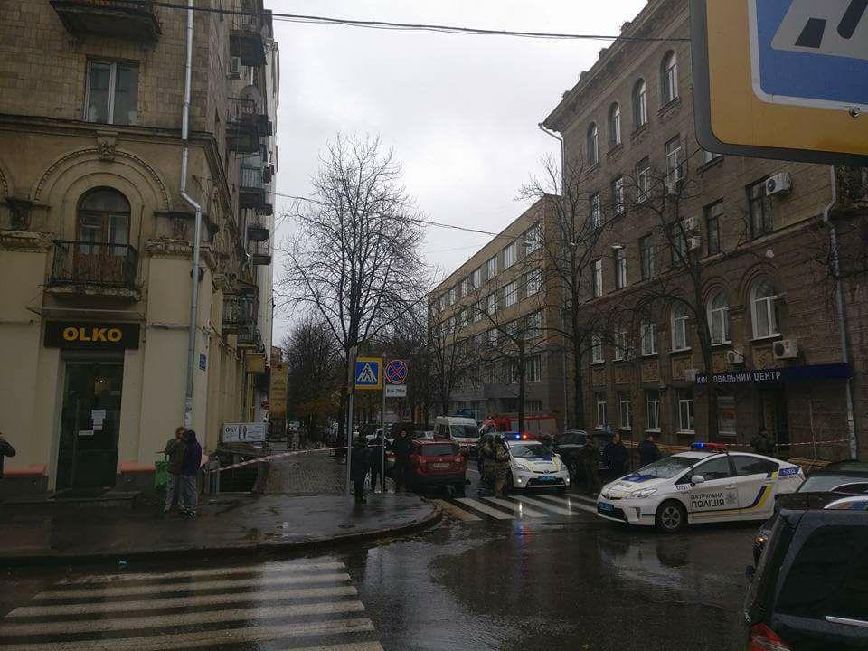 Правоохранители оцепили здание в центре Харькова (фото, дополнено)