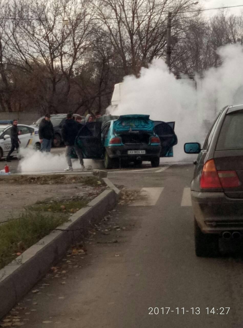 В Харькове во время движения загорелась машина (ФОТО)