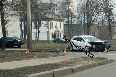 Серьезная авария в Харькове. Автомобили выехали на тротуар, есть пострадавшие (фото)