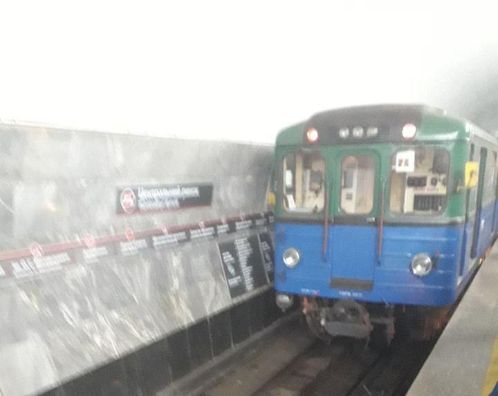 ЧП в харьковском метро. Мужчина упал на рельсы (фото)