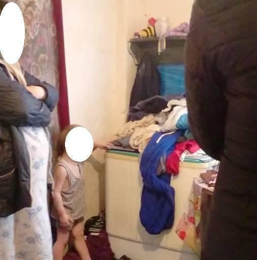В городке на Харьковщине молодая мать держала пятерых детей среди окурков и мусора (фото)