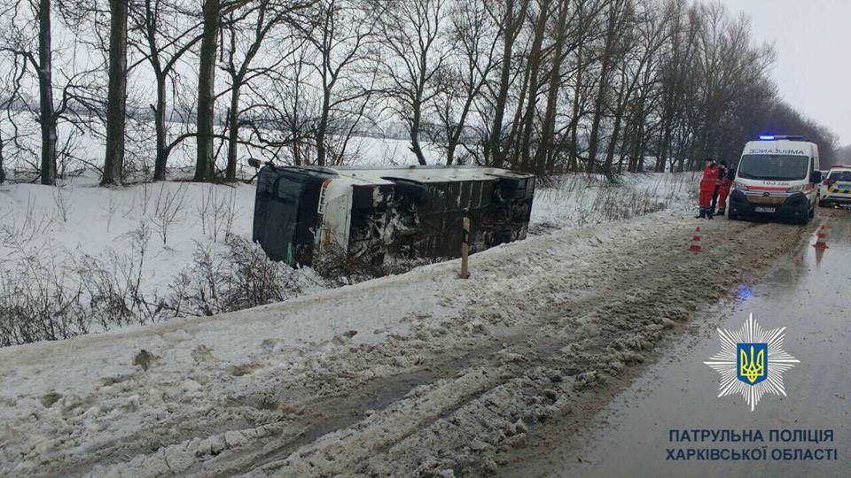 В Харьковской области порыв ветра перевернул рейсовый автобус с 12 пассажирами