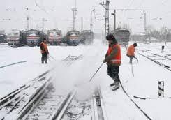 Не допустить коллапса. На Харьковщине дорогу для поездов расчищали лопатами
