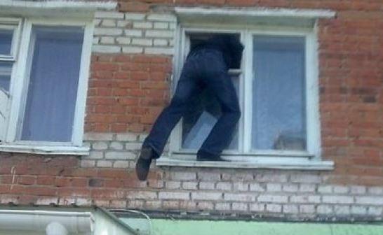 В рабочем районе Харькова поймали человека, выпавшего из окна (фото)