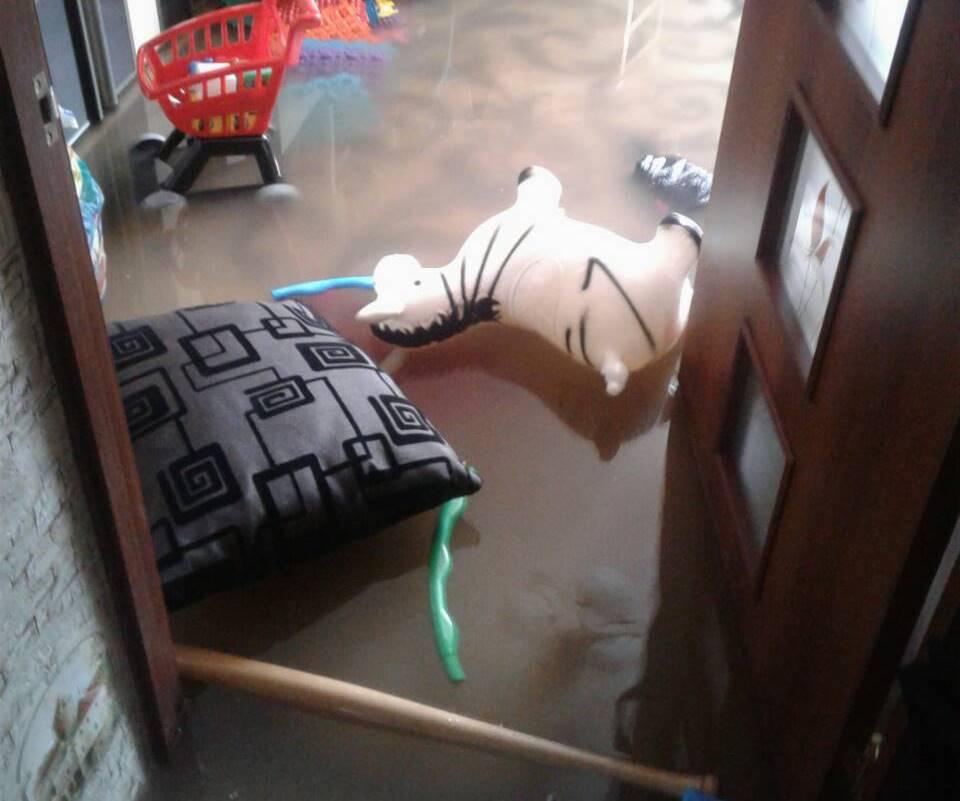 В Харькове затопило дом с ребенком и беременной женщиной (фото, видео)