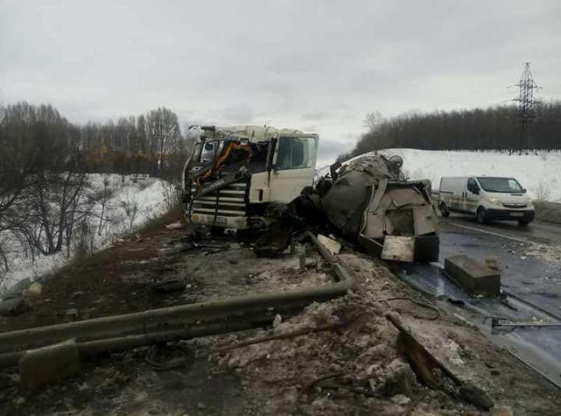 НаХарьковщине столкнулись Scania и«Волга»