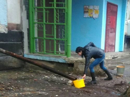 Жители Лозовой: В магазинах раскупили всю воду. Люди набирали из луж и топили грязный снег (фото)