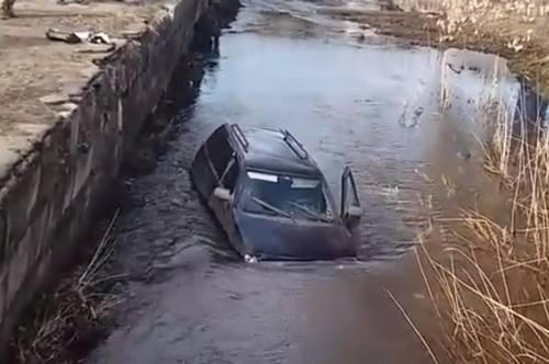 В Харьковской области автомобиль упал в реку (видео)