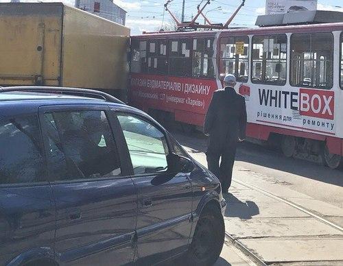 Столкновение произошло возле станции метро в Харькове (видео, фото)