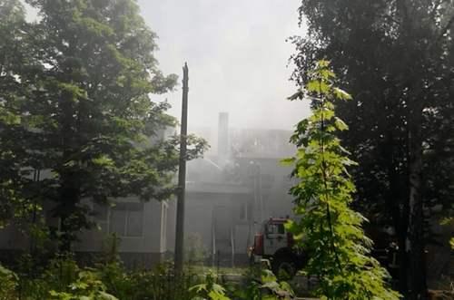 Крупный пожар в Харькове: загорелось здание бывшего детского сада (дополнено, фото)