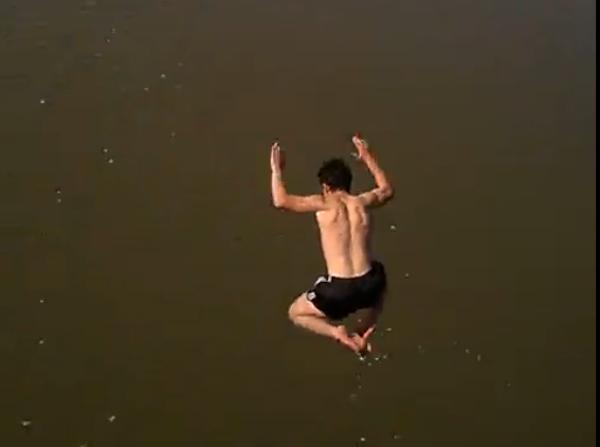 В центре Харькова парень в трусах рискнул жизнью (видео)