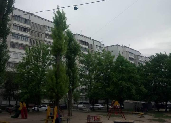 В Харькове мужчина с ножом добрался до пленника на детской площадке (фото)