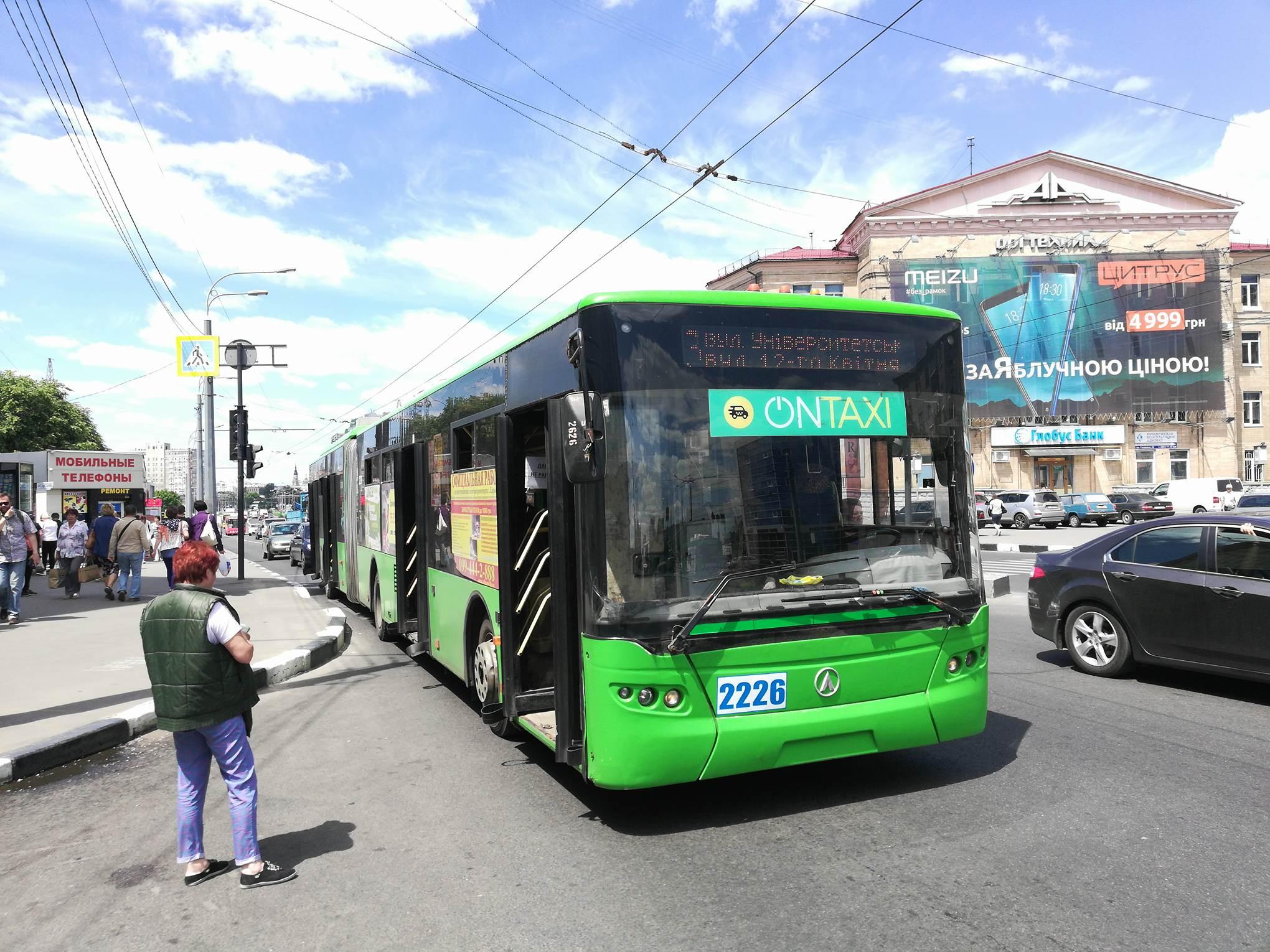 В Харькове водитель-лихач разбил стекло в переполненном троллейбусе (фото)